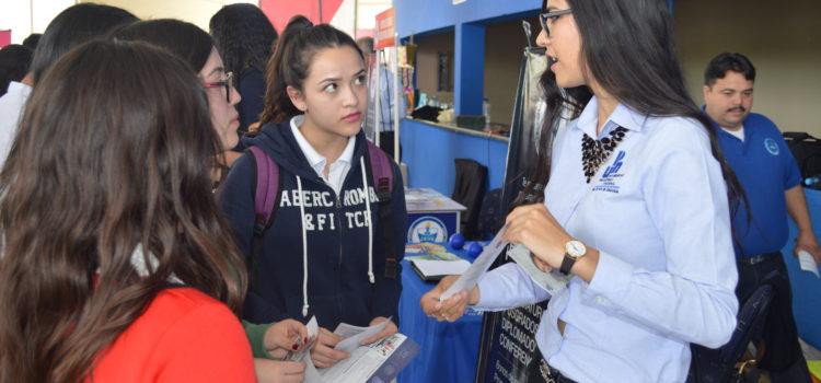 Presentan estudiantes oferta académica de UPNECH a estudiantes del CBTis 197